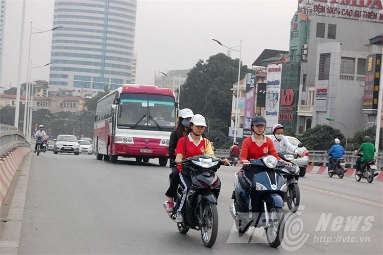 Dễ dàng để bắt gặp hình ảnh người tham gia giao thông sử dụng mũ bảo hiểm kém chất lượng.