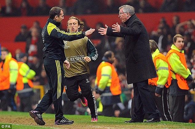 HLV Alex Ferguson đã phải chạy từ khán đài xuống sân để tỏ vẻ không hài lòng trước quyết định của trọng tài.