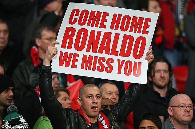 'Chào đón Ronaldo trở lại nhà. Chúng tôi nhớ bạn' - CĐV MU giơ tấm biển thể hiện tình cảm  dành cho tiền đạo của Real.