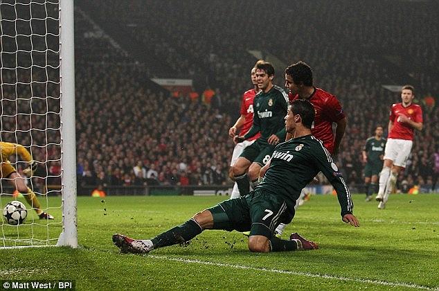 Sau đó là pha xoài bóng ghi bàn ở góc hẹp của Ronaldo sau một tình huống căng ngang đầy khó chịu của Higuain.