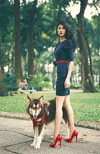 Siêu mẫu Trang Trần dắt thú cưng đi dạo, một bức ảnh khá ấn tượng trong bộ ảnh mới của siêu mẫu tố bán dâm này.