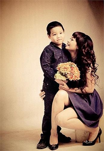Chuồn chuồn ớt Ngọc Khuê và báu vật của cuộc đời, cậu con trai lúc nào cũng quấn quýt bên mẹ.