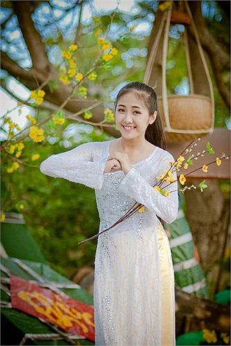 Bên cạnh đó, nữ sinh xinh đẹp này còn giành nhiều giải thưởng như giải nhì aerobic cấp huyện, giải nhất hát dân ca cấp huyện, giải ba vẽ tranh cấp thành phố.