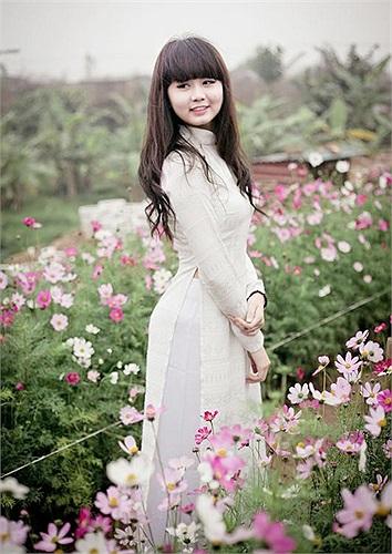Trong tà áo dài trắng tinh khôi, Nguyễn Lan Chi, cô nữ sinh trường THPT Phạm Hồng Thái từng giành ngôi Á quân cuộc thi Duyên dáng Hà thành trở nên vô cùng xinh tươi giữa cánh đồng hoa rực sắc xuân.
