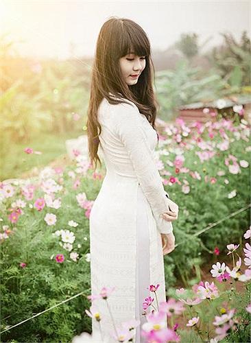 Và trong tà áo dài trắng tinh khôi, Nguyễn Lan Chi, cô bạn đang học tại trường THPT Phạm Hồng Thái (Hà Nội) cũng có cho riêng mình bộ ảnh ngày Xuân.