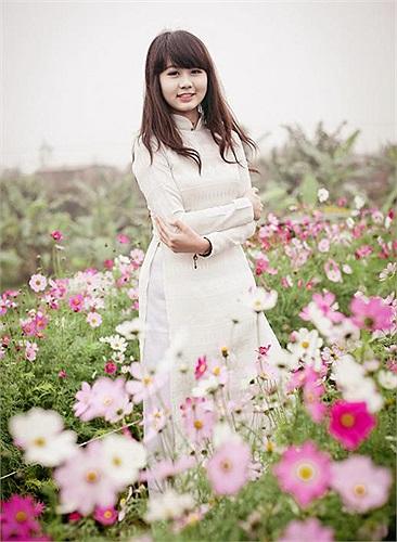 Nhẹ nhàng nhưng tràn đầy sức sống của người thiếu nữ, cô gái từng giành ngôi Á quân cuộc thi Duyên dáng Hà thành trở nên vô cùng xinh tươi, đáng yêu giữa cánh đồng hoa rực sắc xuân.
