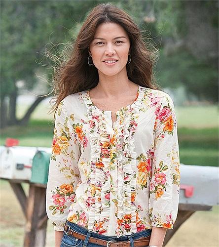 Bắt đầu từ năm 2006, Aline Nakashima được tạp chí áo tắm danh tiếng Sports Illustrated mời chụp hình cho ấn phẩm đặc biệt của họ.
