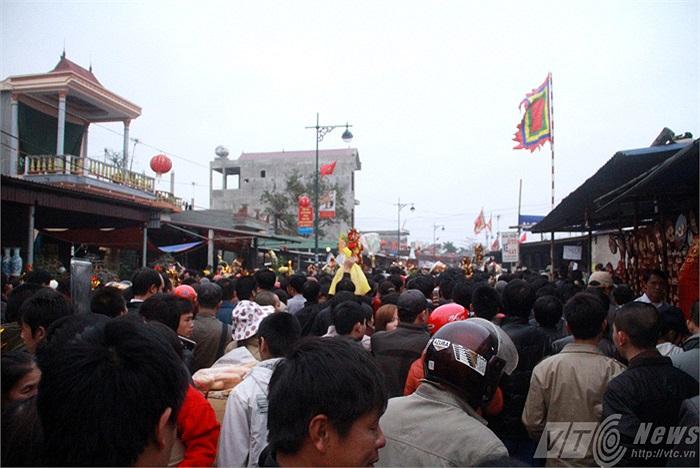 Đêm mùng 7, rạng sáng ngày mùng 8 Tết hàng vạn du khách nườm nượp đổ về Chợ Viềng (Vụ Bản, Nam Định) cũng là dịp để hàng trăm dịch vụ có cơ hội 'hốt bạc'