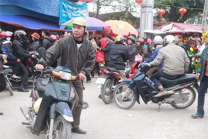 Dịch vụ xe ôm luôn đắt khách ở Chợ Viềng. Dù chỉ cần chở quãng đường khoảng 300-500 mét từ Phủ Chính ra khỏi khu vực tắc đường nhưng các tài xế cũng lấy 30 nghìn/người. Giá tiền sẽ là 50 nghìn/2 người