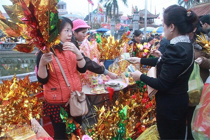Những người bán cành vàng lá ngọc cũng thu tiền vài triệu/ngày. Trung bình mỗi cành vàng lá ngọc được bán từ 15-20 nghìn đồng. Mỗi ngày những người bán hàng có thể bán được vài trăm cành vàng lá ngọc
