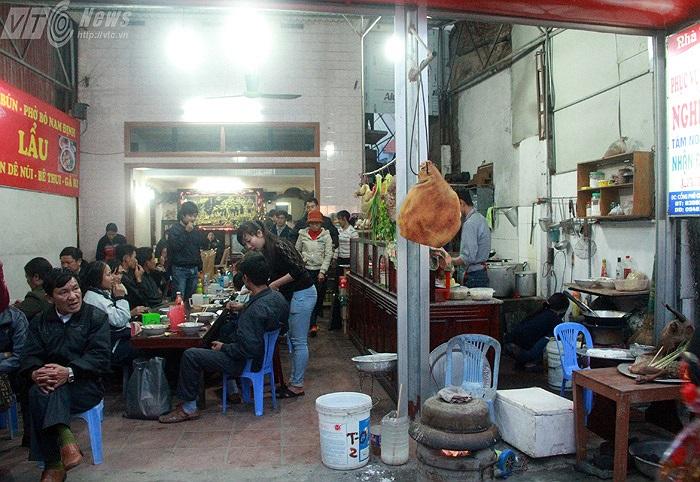 Các hàng ăn ở khu vực Chợ Viềng luôn đông khách. Trung bình một ngày, các cửa hàng này phải kiếm được hàng chục triệu đồng.