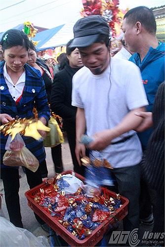 Bán túi thơm ở Chợ Viềng hết veo chỉ sau một lúc đứng bán. Giá bán 1 túi thơm là 10 nghìn đồng. Nếu du khách mua 3 túi thơm có giá là 20 nghìn đồng