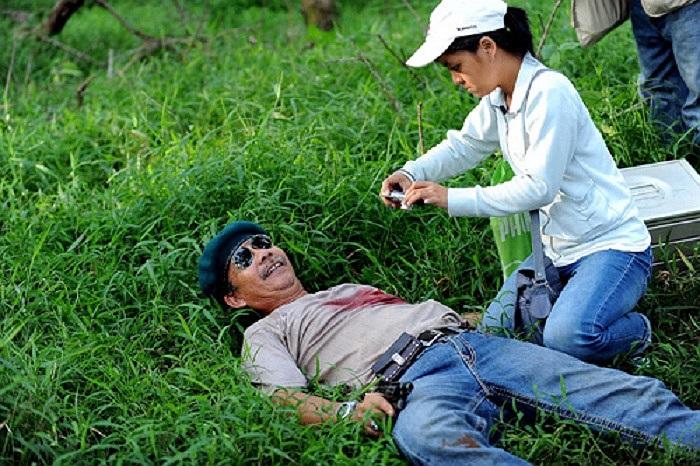 Việc tự thiết kế cho một một kíp nổ ngay trên áo, sau đó diễn cảnh trúng đạn, lăn ra  bãi cỏ chết, khiến cả đoàn phim khen nức nở.
