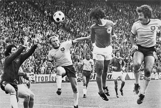 Người từng nổi danh với thành tích ghi 82 bàn trong 1 năm dương lịch, Gerd Muller cũng có 566 bàn trong 600 trận thi đấu cho Bayern Munich