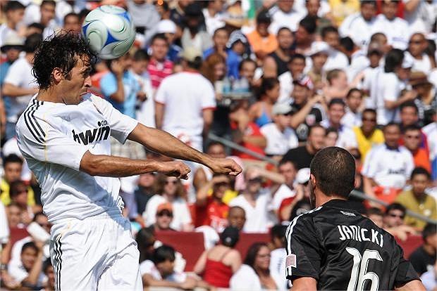 16 năm chơi bóng tại Real Madrid giúp Chúa nhẫn Raul Gonzalez ghi được tổng cộng 323 bàn cho Kền kền trắng. Và cho đến giờ, anh vẫn là chân sút số một lịch sử đội bóng hoàng gia Tây Ban Nha