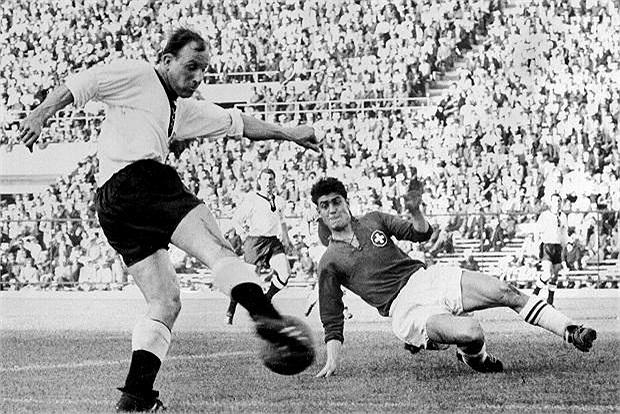 Cùng thời với Pele, tiền đạo Uwe Seeler của đội tuyển Tây Đức cũ đã có 444 bàn cho Hamburg trong 519 lần ra sân cho đội bóng này