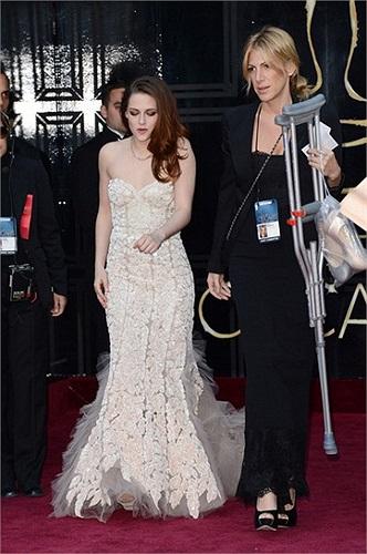 Khác với những lần bước đi trên thảm đỏ trước đây, không có Robert Pattison, Kristen đã xuất hiện cùng một đôi nạng.
