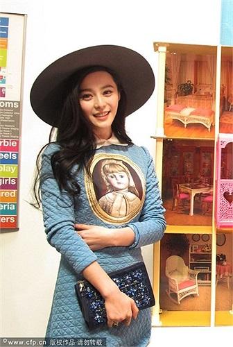 Diện một bộ váy xanh, dài, kín đáo, cùng với chiếc mũ rộng vành và mái tóc đen buông xõa, nữ diễn viên Trung Quốc trông không khác gì một nàng búp bê.
