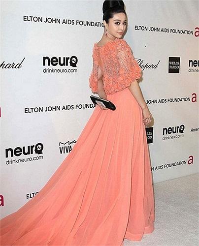 Nhưng gây ấn tượng nhất lại là bộ váy màu cam mà cô diện tại bữa tiệc hậu Oscar.