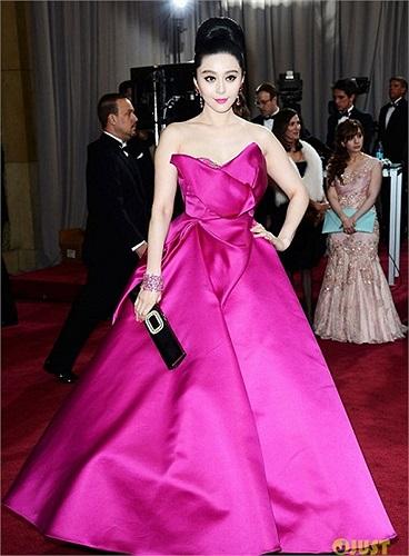 Trên thảm đỏ Oscar, Phạm Băng Băng khoe vẻ đẹp rực rỡ với chiếc váy màu hồng tươi hiệu Marchesa, ví cầm tay Roger Vivier và nữ trang Chopard.