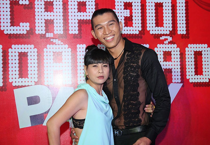Diễn viên hài Cát Phượng cũng vui vẻ bên trai đẹp Ngọc Tình, bỏ mặc Phan Đinh Tùng.