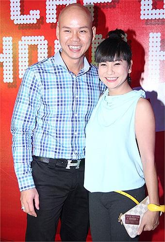 Rồi vui vẻ với một nửa còn lại trong cặp đôi Phan Đinh Tùng. Tại cuộc thi năm nay, cặp đôi này tạo được sự chú ý bởi sự hài hước.