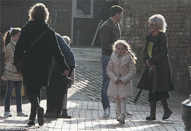 Nhân ngày rảnh rỗi, Gerrard đưa con gái Lilly-Ella đi chơi