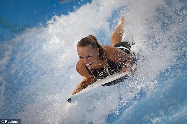 Ngoài quần vợt, tay vợt người Đan Mạch tỏ ra có năng khiếu trong cả môn... lướt sóng