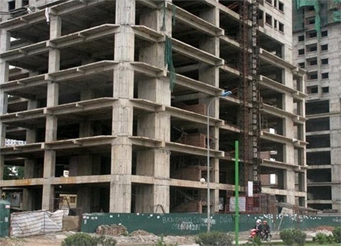 Không ít dự án ngừng thi công vì thiếu vốn. Công trình xây dựng cũng im lìm do công nhân về quê ăn Tết. (Theo Duy Anh/Vietnamnet)