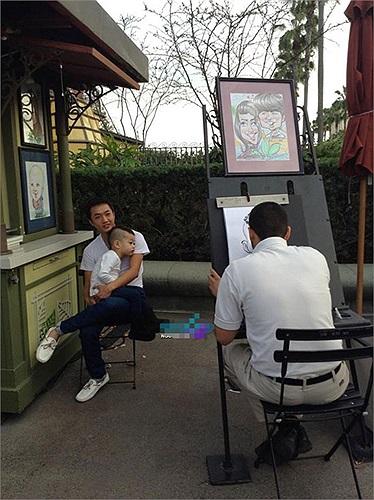 Và ngồi ngoan ngoãn cho họa sĩ vẽ hai bố con.