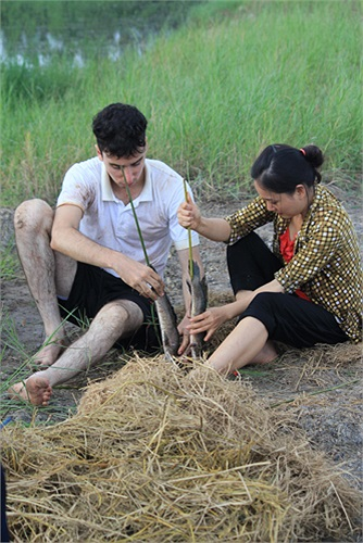 Trong nhiệm vụ lần này, sau khi được hướng dẫn sơ qua 1 số bước cơ bản, Lan Phương và William sẽ tự tay thực hiện món cá lóc nướng trui khá đạt yêu cầu.