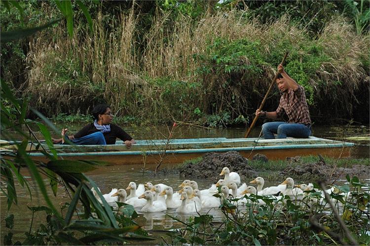 Trong chương trình, Hoàng Phi và Aditi cũng có những thử thách thú vị như: Lùa vịt vào chuồng và bắt vịt giống.