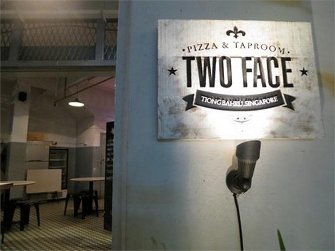Nhà hàng 'Two Face'(Singapore) do ông Victor Tan mở ra. Để giảm chi phí thuê mặt bằng, nhà hàng chỉ mở cửa đến chiều còn buổi tối sẽ được chuyển thành quán rượu