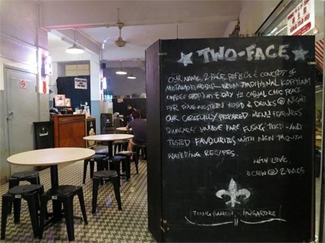 'Two Face' tạm dịch là 'Hai gương mặt'. Ban ngày là quán ăn, còn buổi tối là quán rượu.