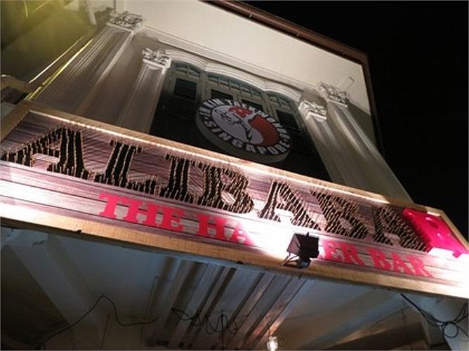 Còn quán 'Alibabar' (Singapore) là nơi kinh doanh được Tan Kay Chuan mở cửa hồi đầu tháng. Tại đây, ban ngày anh Tan bán cà phê, còn buổi tối là quầy hàng ăn đêm với nhiều món hấp dẫn