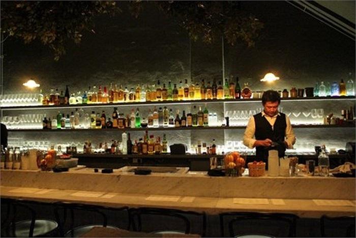 Còn quán Shoebox Canteen được chia thành 2 khu vực riêng biệt quầy bar và nhà hàng