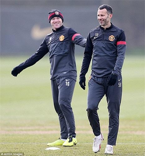 May mà Rooney chưa mất cái răng nào. Anh và Giggs chưa biết vị trí của mình trong trận gặp Real đêm  nay