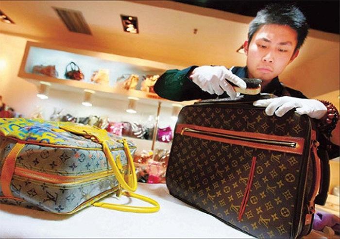 Tại các thành phố lớn ở Trung Quốc như Bắc Kinh, Quảng Châu, Thượng Hải, các dịch vụ sửa chữa, trao đổi, mua bán các hàng hóa xa xỉ đang thu hút nhiều khách hàng.