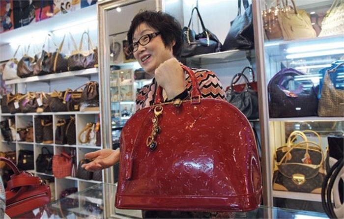 Bà Jukie Zhu – 56 tuổi là một trong những chủ cửa hàng bán đồ xa xỉ secondhand ở Bắc Kinh cho biết, bà tự mình mở cửa hàng đầu tiên cách đây 10 năm.
