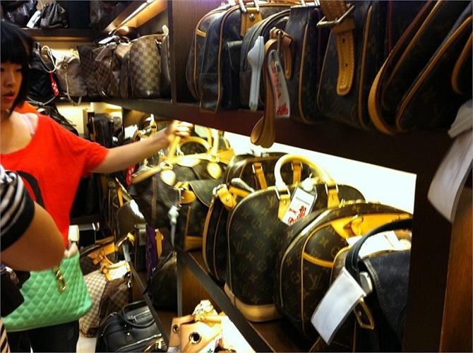 Việc kinh doanh của bà Zhu thực sự phát triển sau năm 2008, khi nền kinh tế chịu ảnh ưởng suy thoái toàn cầu.Những người giàu có đã tìm tới các cửa hàng bán đồ giảm giá hya các đồ xa xỉ cũ.
