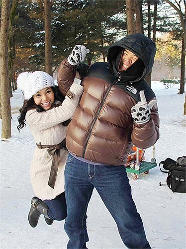 Cô đùa nghịch cùng thành viên đoàn quay MV Hoa tuyết sau mùa đông.
