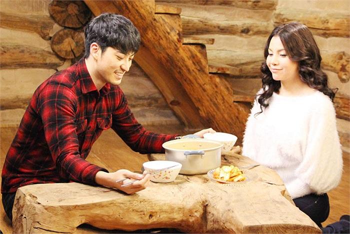Người bạn diễn- nam diễn viên Hàn Quốc Jee Yoon Jea trong khung cảnh thiên nhiên tuyệt diệu ấy, cũng thật tình tứ cùng Trà Ngọc Hằng.
