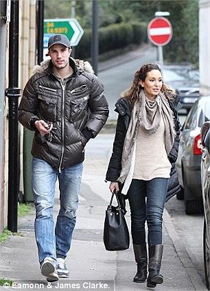 Van Persie cùng người yêu Alderley Edge thảnh thơi dạo phố. Tiền đạo MU vừa lành vết thương gặp phải ở trận gặp QPR.