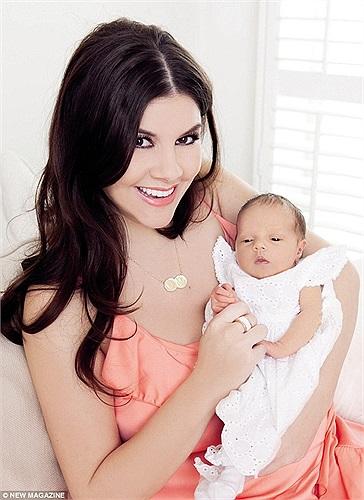 Imogen Thomas lần đầu khoe cô con gái mới sinh, Ariana
