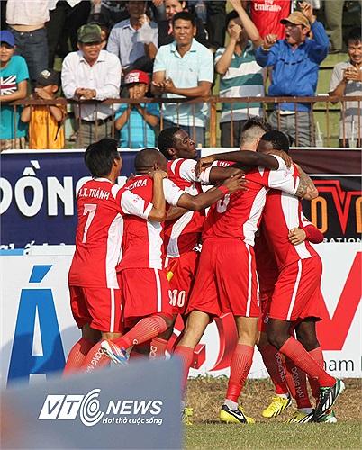 Niềm vui của các cầu thủ Đồng Nai dưới sân.