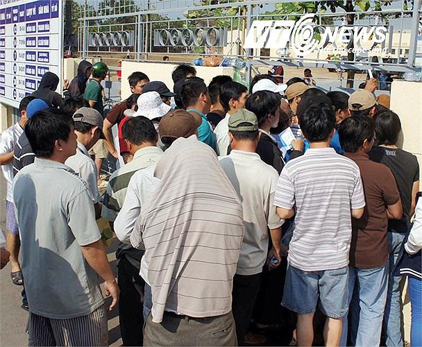 Khán giả đổ vào sân mỗi lúc một đông, bất chấp trời nắng như lửa đốt