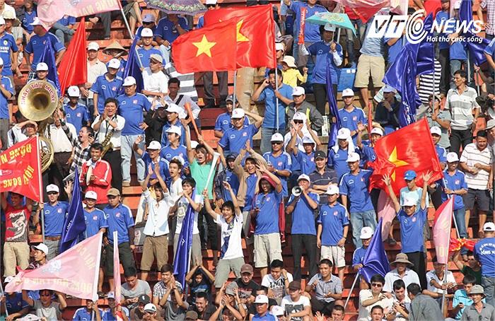 Khán giả Đồng Nai phát cuồng vì đội nhà trên khán đài B sân Biên Hòa.