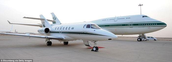 Hoàng tử Al-Waleed bin Talal sở hữu 4 máy bay, trong đó bao gồm máy bay phản lực nhỏ Hawker bên trái và máy bay Boeing 747