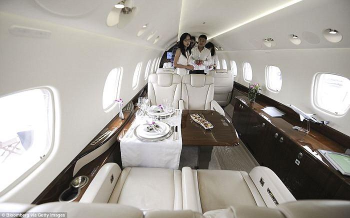 Nội thất bên trong  máy bay phản lực Embraer SA Legacy 650 của Jackie Chan.Chiếc máy bay chở được 14 người