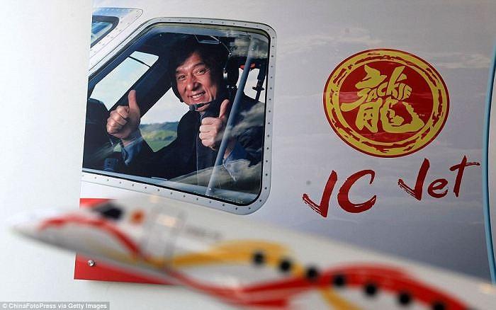 Máy bay của Jackie Chan có trang trí với tên và logo cá nhân